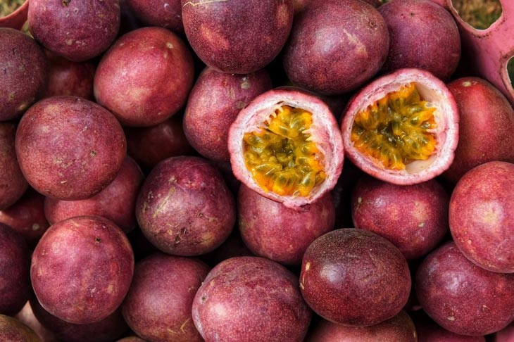 what does a passion fruit taste like